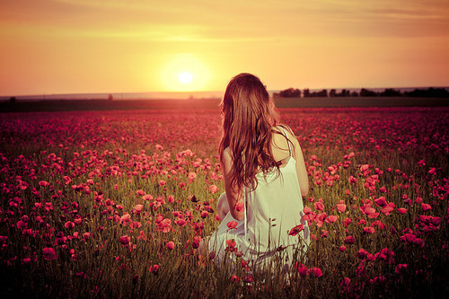 Resultado de imagem para mulher olhando horizonte